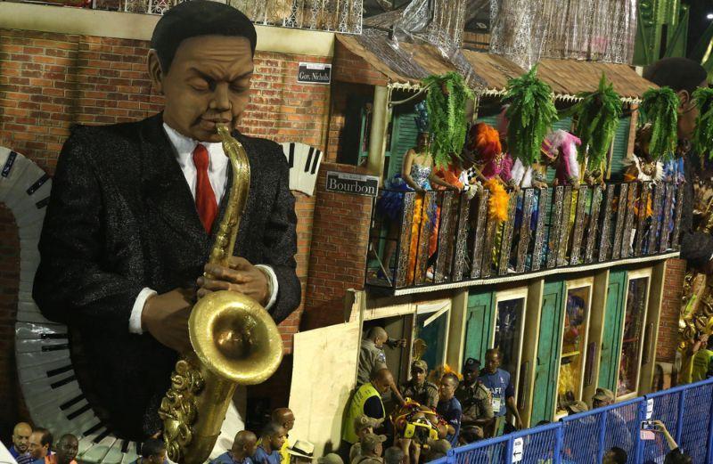 На карнавале в Рио-де-Жанейро платформа с танцорами въехала в зрителей