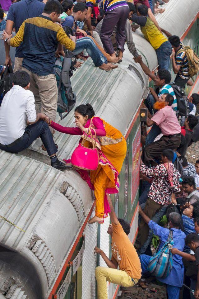 Как жители Бангладеш ездят на работу на электричке