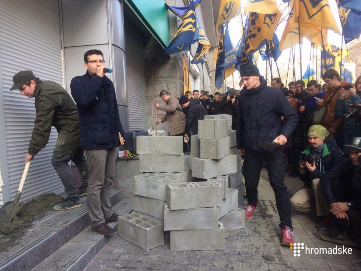 Центральный офис Сбербанка в Киеве замуровали