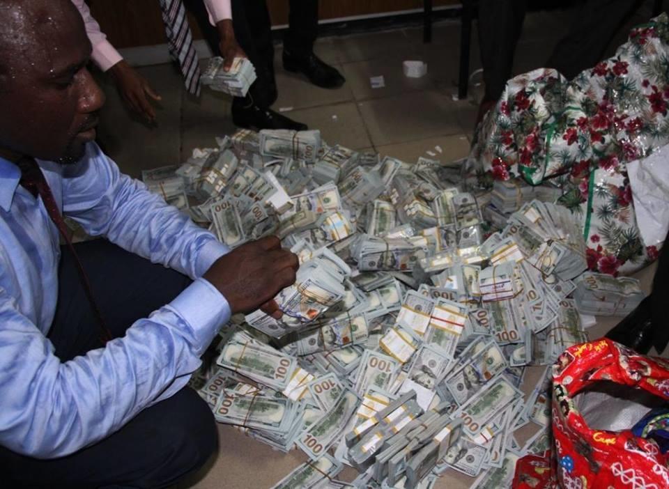 В пустой квартире в Нигерии нашли 43 миллиона долларов