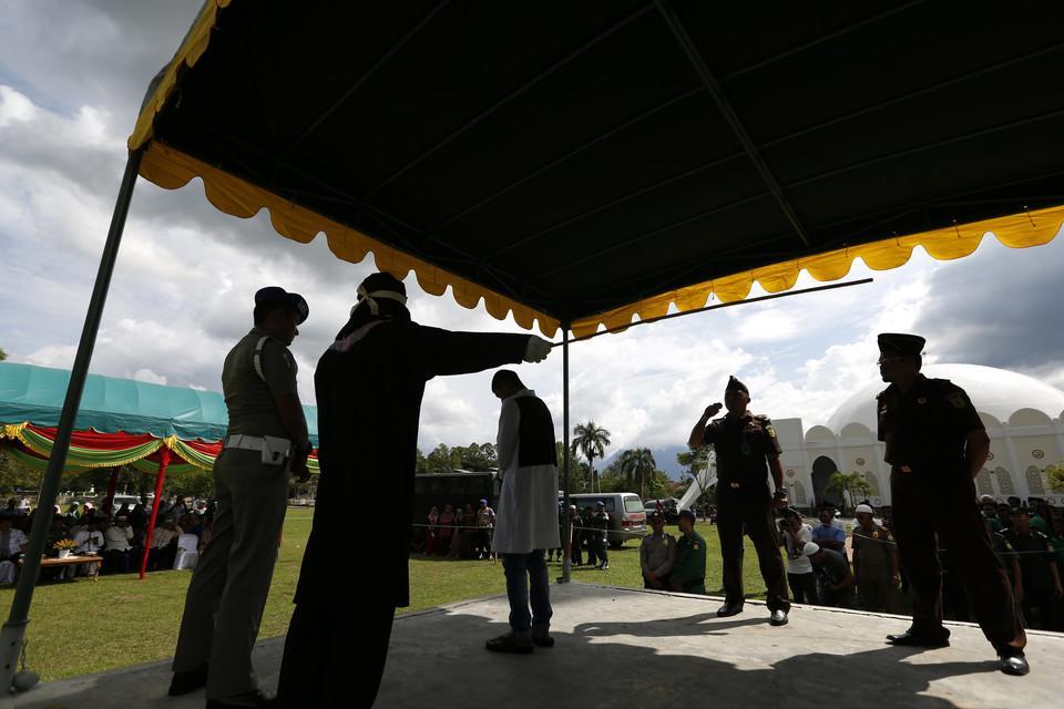 По законам Шариата: в Индонезии десять человек наказали за прелюбодеяние