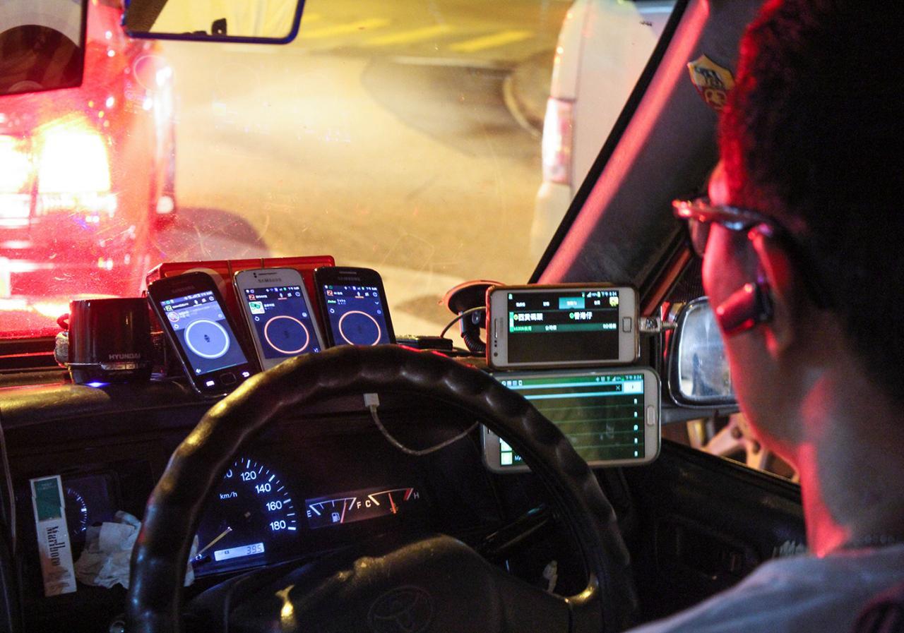 Зачем водителям такси в Гонконге нужны десяток смартфонов перед глазами
