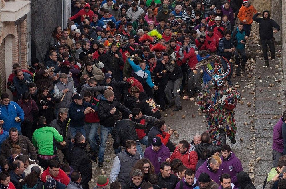 В Испании каждый год прогоняют дьявола репой