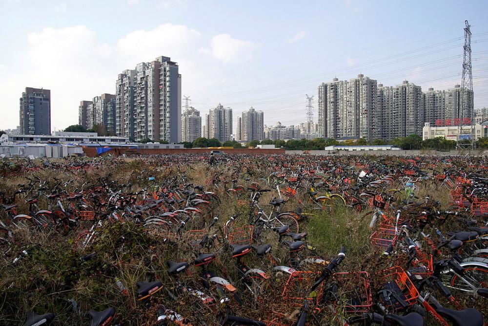 Китайские города заполонили миллионы брошенных велосипедов. Зрелище поистине величественное.