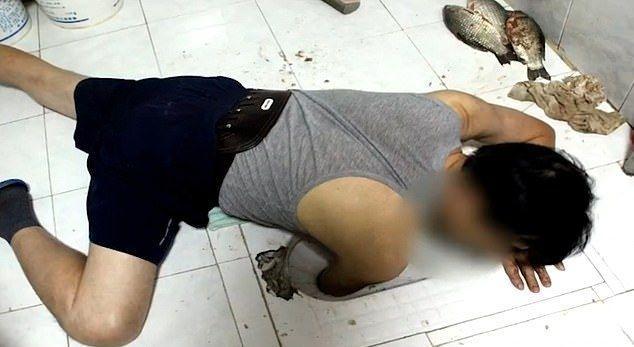 Китаец застрял в унитазе при попытке поймать рыбу