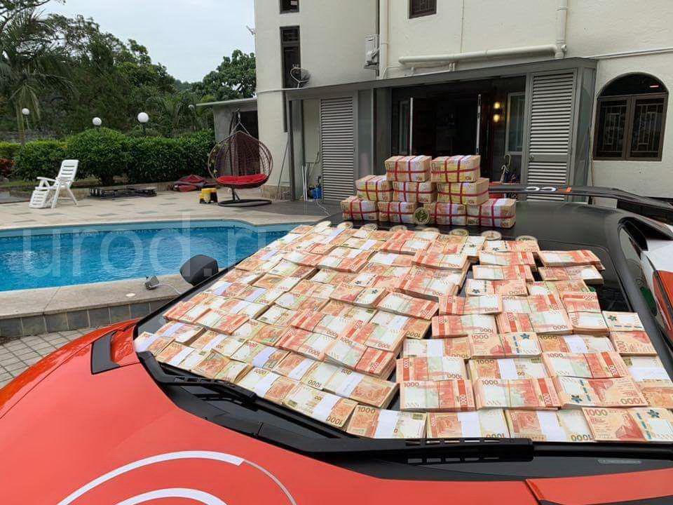 В Гонконге повторили фокус Дуров - над городом летали деньги