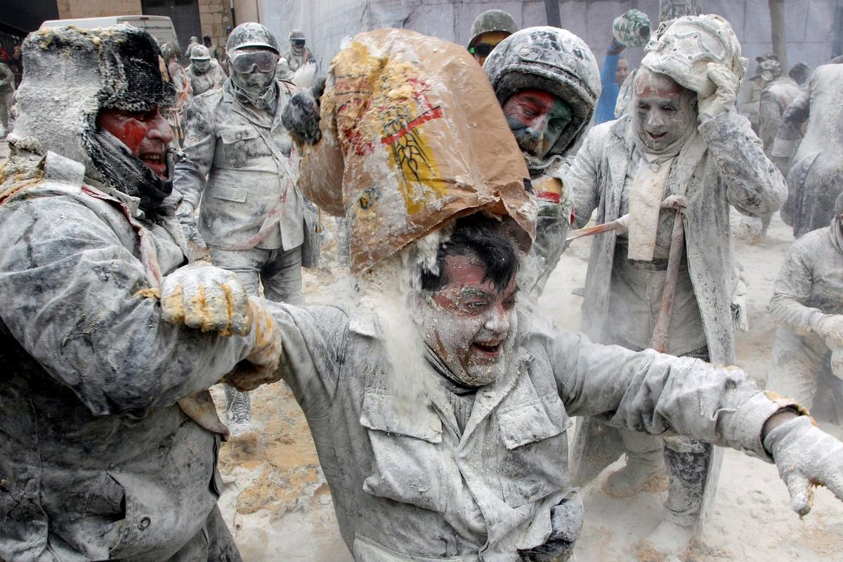 Испанский фестиваль-битва с яйцами и мукой