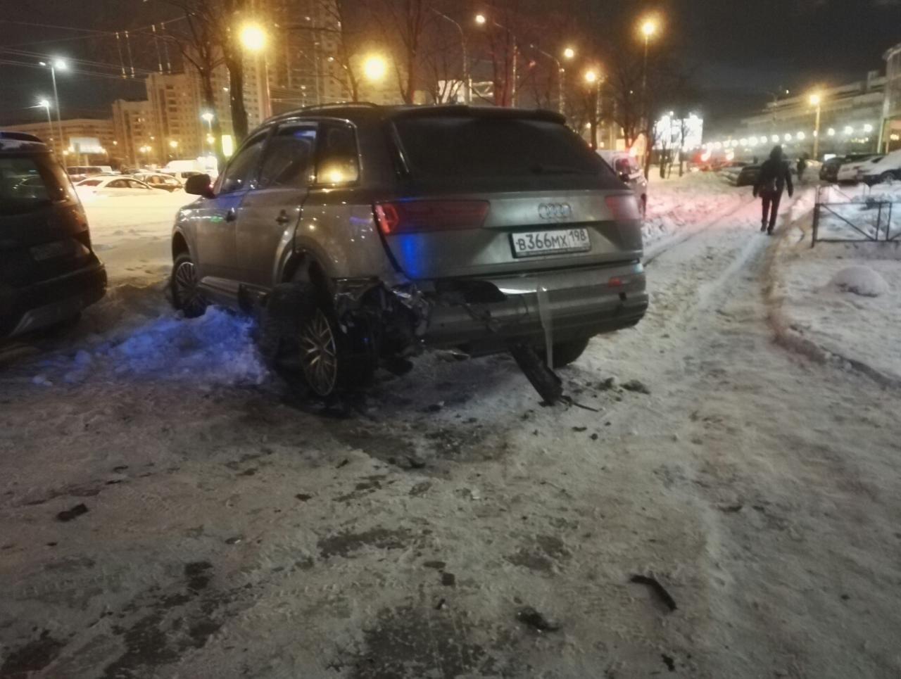 В Петербурге кусок разорвавшегося колеса Audi Q7 выбил окно в квартире на шестом этаже