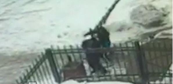 Момент сегодняшнего нападение на полицейского в Нижнекамске попал на камеру.