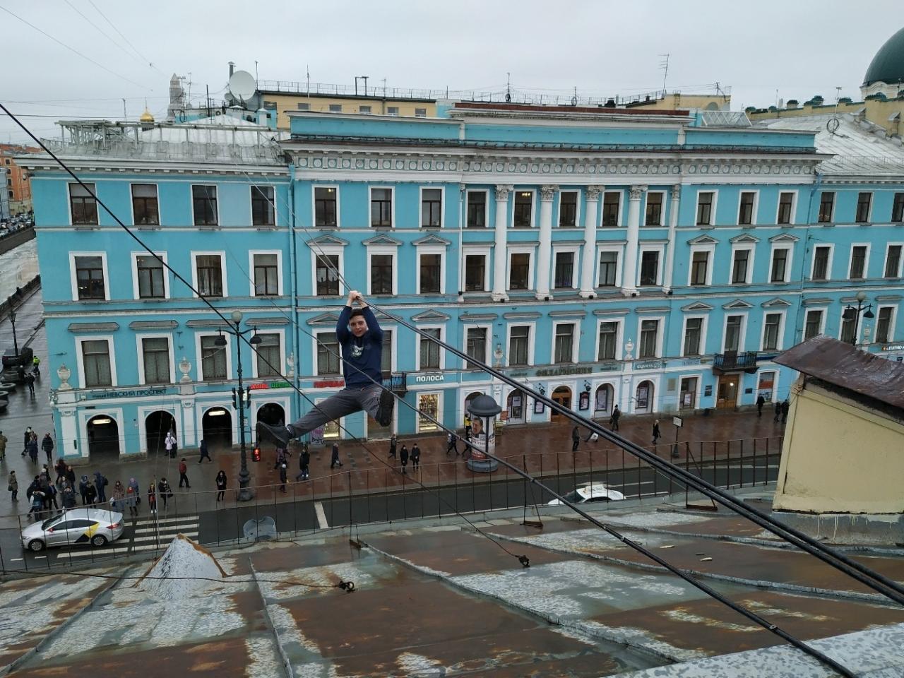Руферы оседлали крест Казанского собора в Санкт-Петербурге.