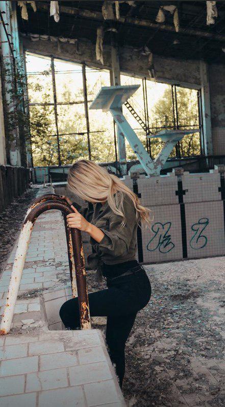 Девушка сделала откровенное фото в Припяти из-за популярности «Чернобыля». Ее отругал даже создатель сериала