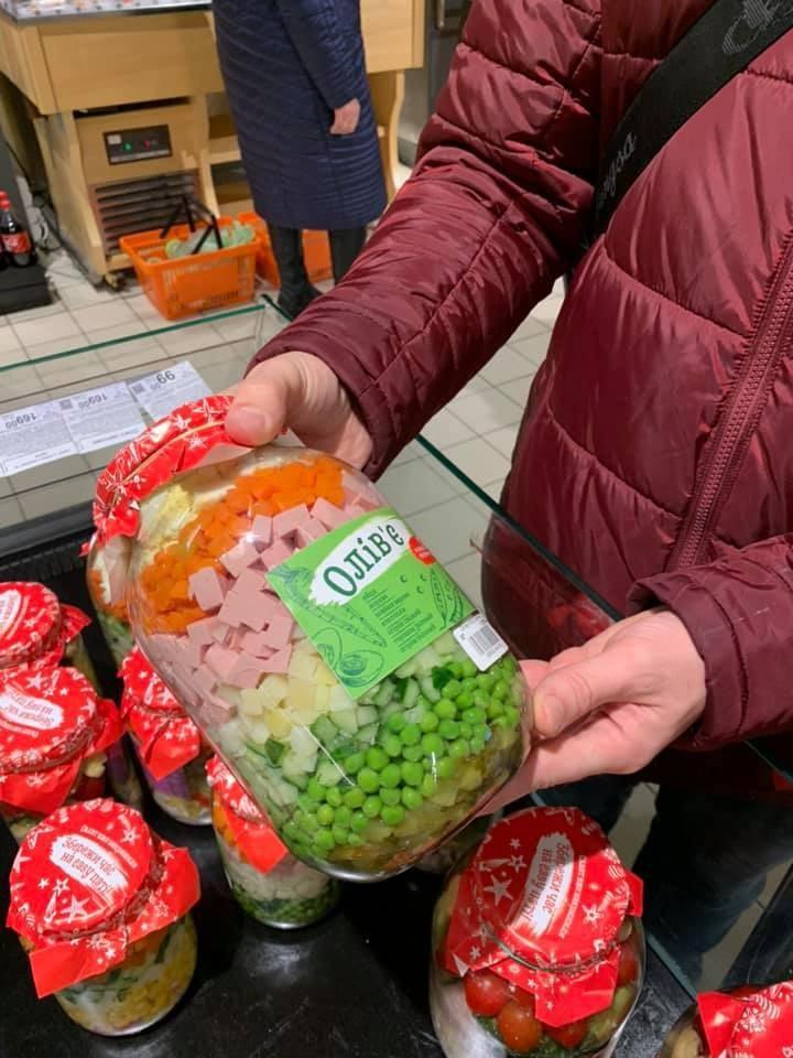 В Днепре стали продавать салаты в банках