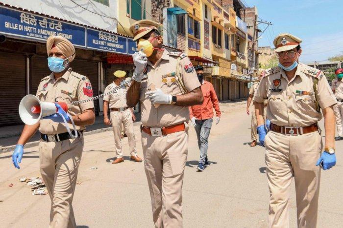 Индийский полицейский попытался задержать сектанта-нарушителя карантина. Ему отрубили руку!