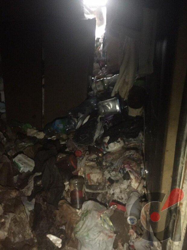 В Киеве из мусорной квартиры выкопали женщину