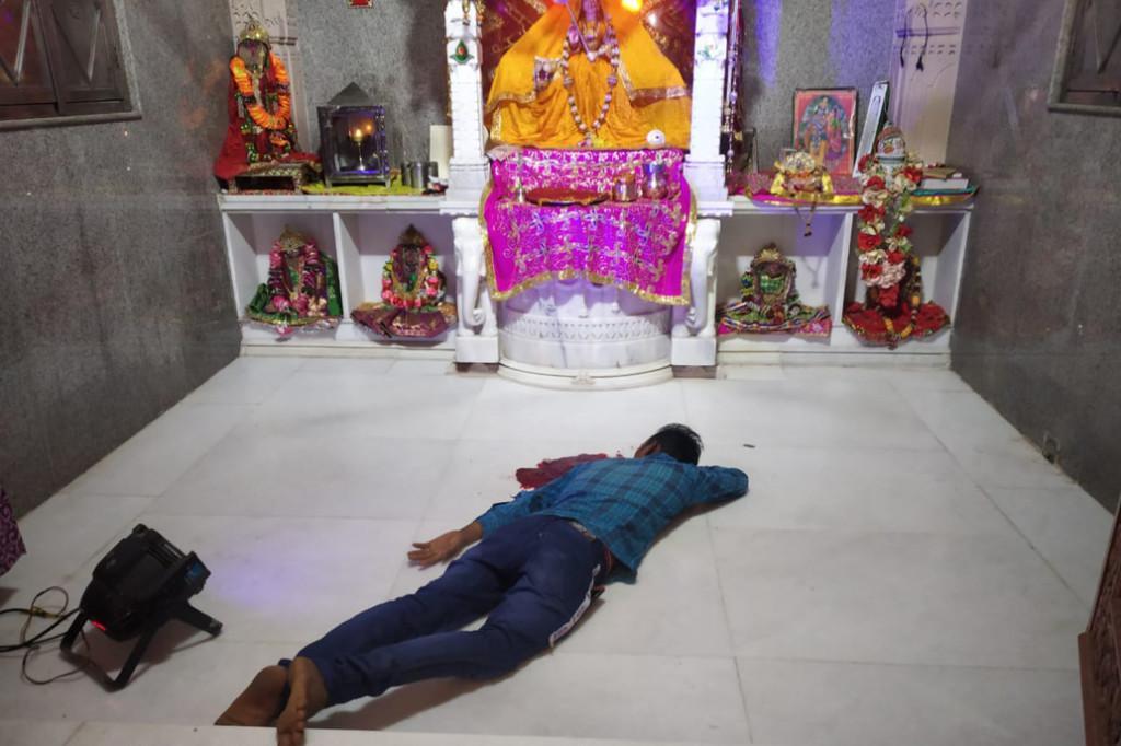 Индиец отрезал себе язык и принес его в жертву богине Кали, чтобы побороть коронавирус