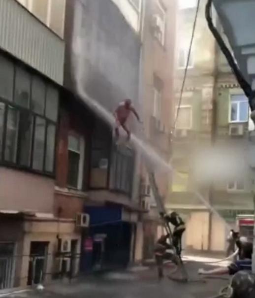 Голый киевлянин метал цветы в спасателей и сбрасывал пожарных из горящей квартиры