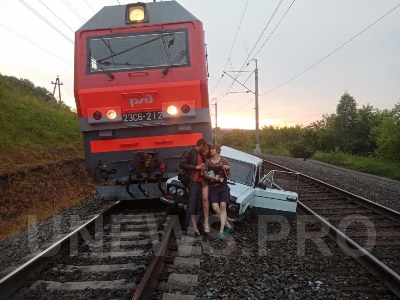 Поезд сбил пьяную парочку в салоне ВАЗ, которая загнала машину на пути для красивой фотографии