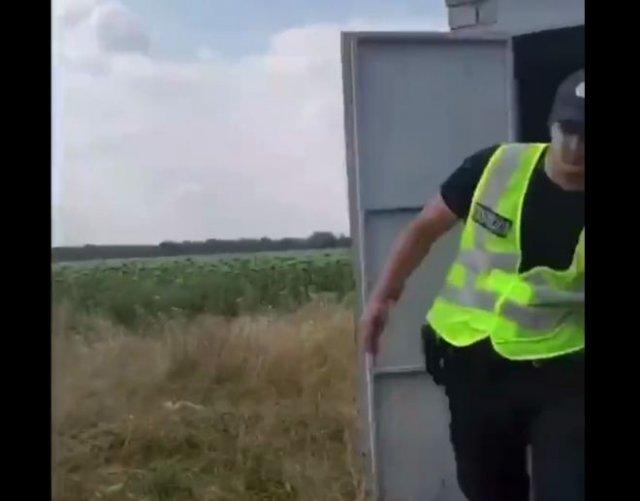 Полицейский попался на взятке и сбросил деньги в сельский туалет