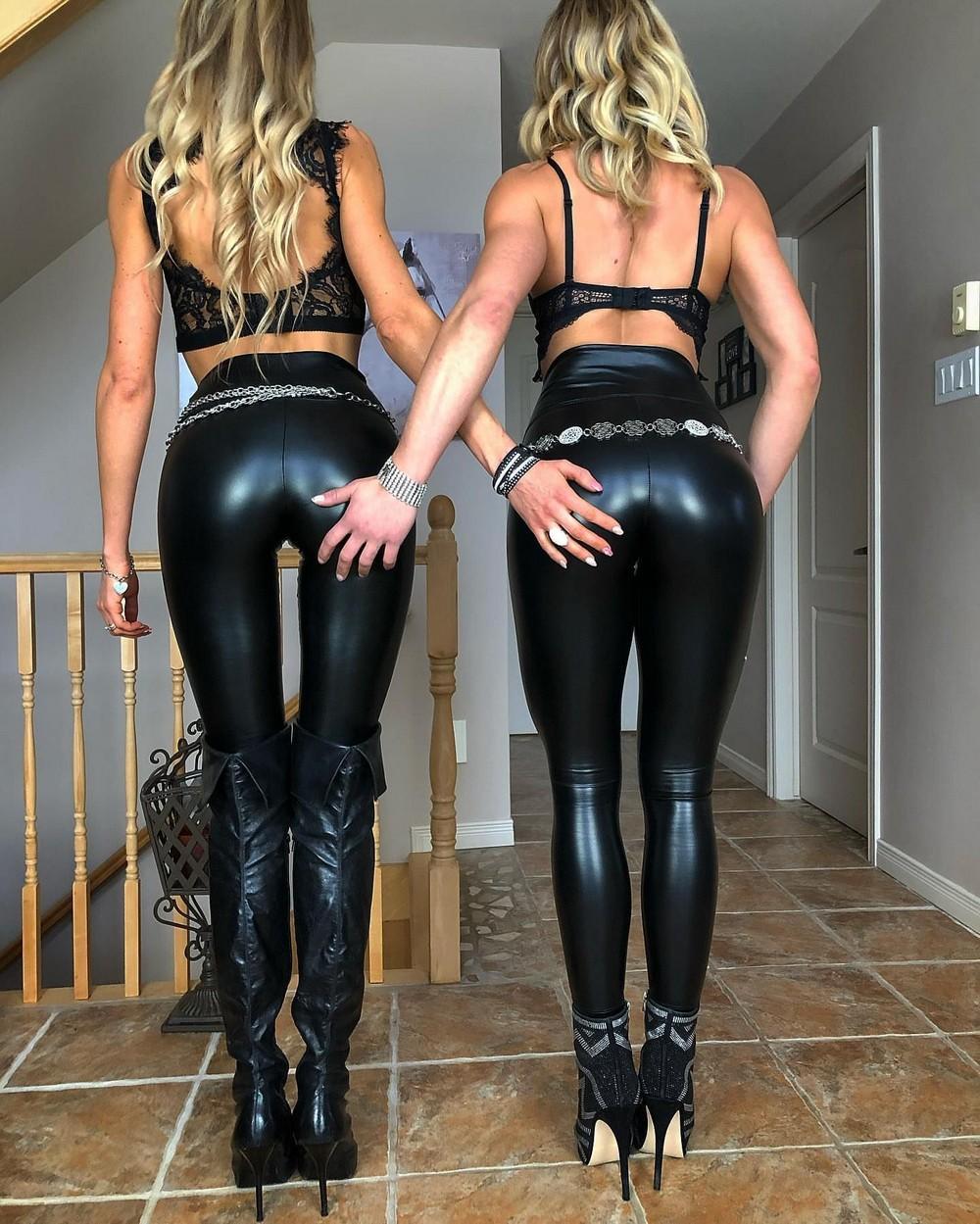 Девушки в нарядах из латекса