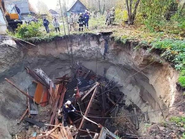 Жилой дом провалился в пустоту под землей