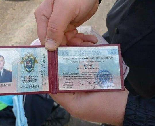 В Воронежской области поймали мужчину с чемоданом денег, автоматом и поддельным удостоверением следователя