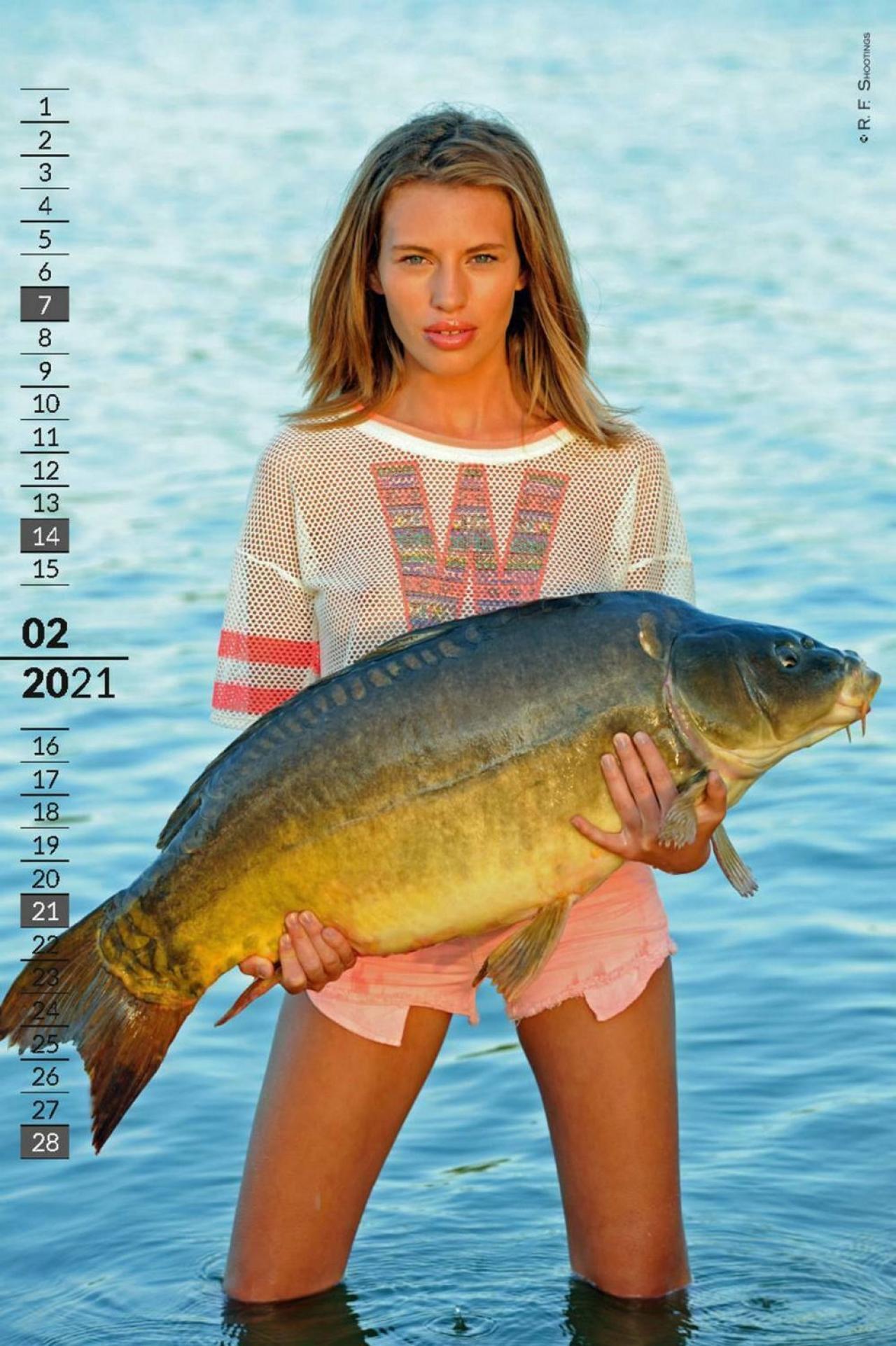 Девушки и карпы в горячем календаре