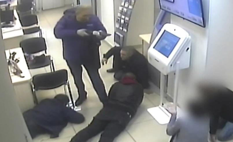 Разбойное нападение на банк Открытие. Клиент попытался отобрать обрез у налетчика, но получил смертельное ранение