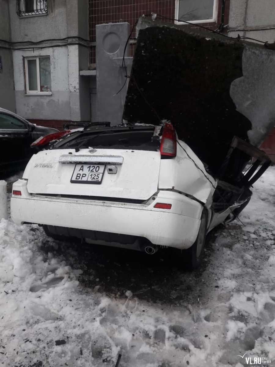 Бетонная плита рухнула на X-Trail во Владивостоке — водитель успел отскочить от машины.