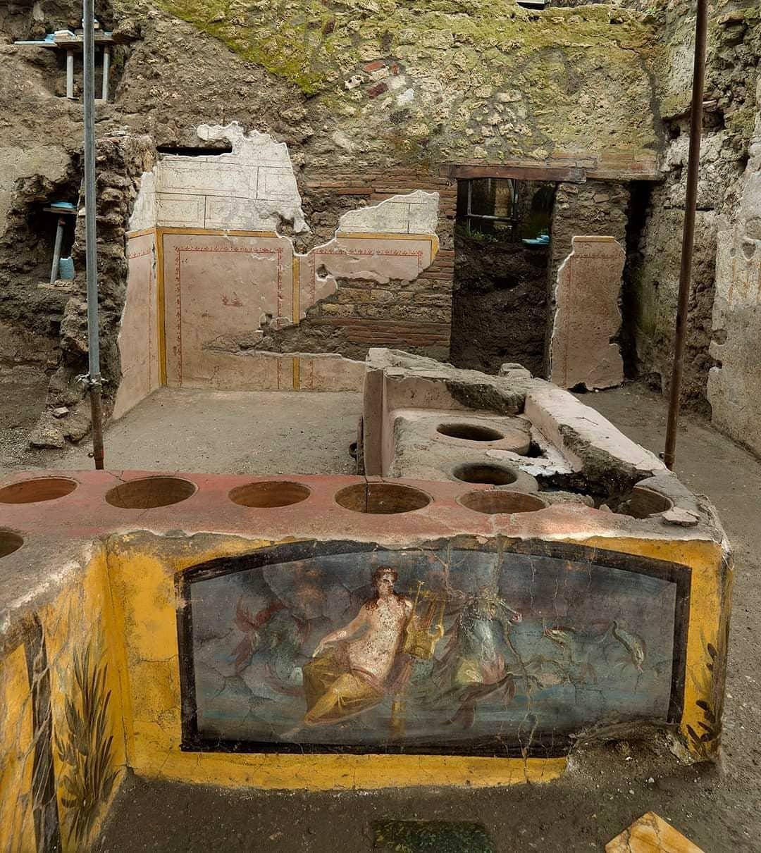 «Никий — бесстыжий говнюк»: в Помпеях раскопали древнеримскую закусочную — с фресками и остатками еды