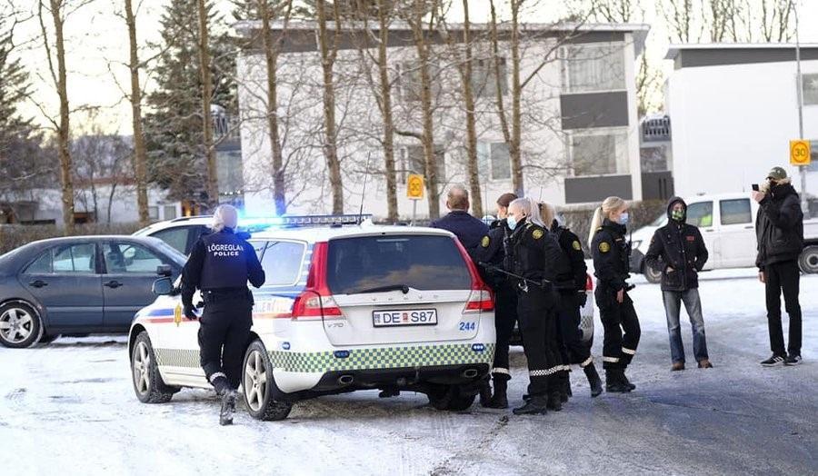8 девушек полицейских задерживают мужчину в Исландии