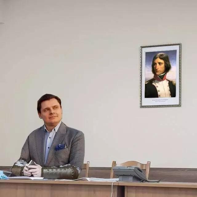 Интернет отреагировал на снимок Силовик сидит на фоне портрета Путина