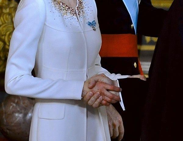 Рука королевы Испании после трёх тысяч рукопожатий