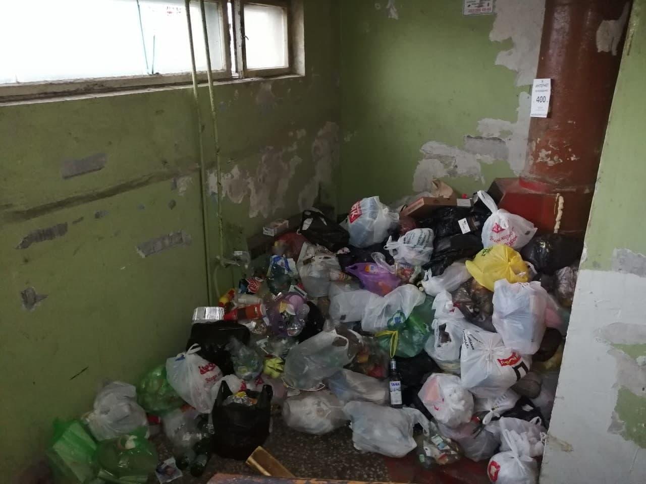 В Красноярске подъезд жилого дома утонул в мусоре