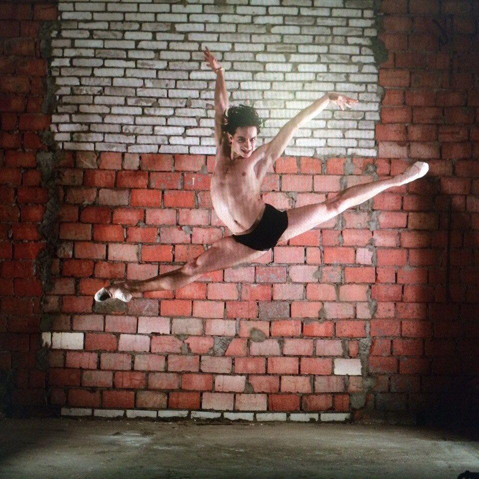 На видео попал момент падения пьяного танцора балета с электросамоката. Мужчина в коме.