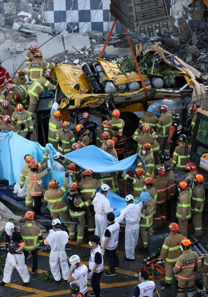 Стена старого здания упала на пассажирский автобус