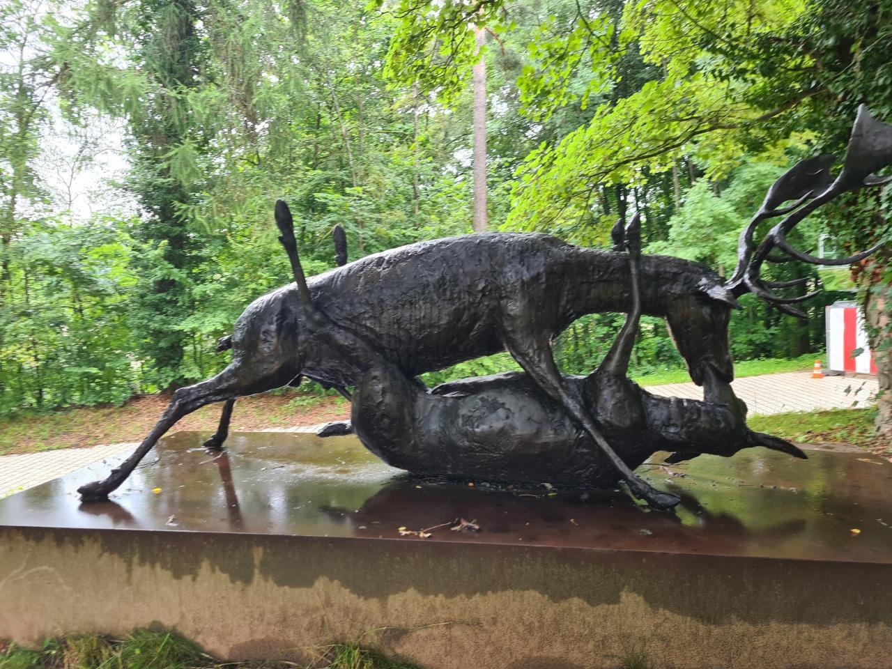 Что нам хочет сказать эта композиция, установленная в одном из общественных парков Люксембурга?