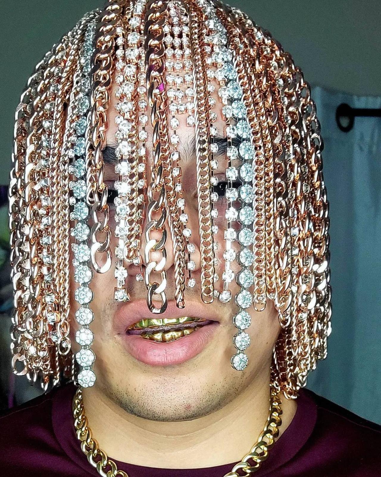 Мексиканский рэпер имплантировал себе в голову золотые цепи