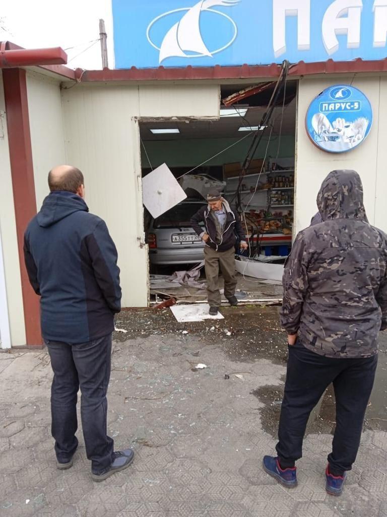 Автомобиль протаранил стену крымского магазина