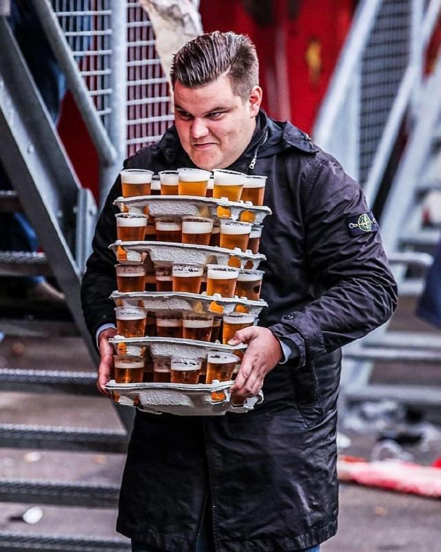 Болельщик ФК «Твенте» за раз донес 48 стаканов пива — и обрел уважение