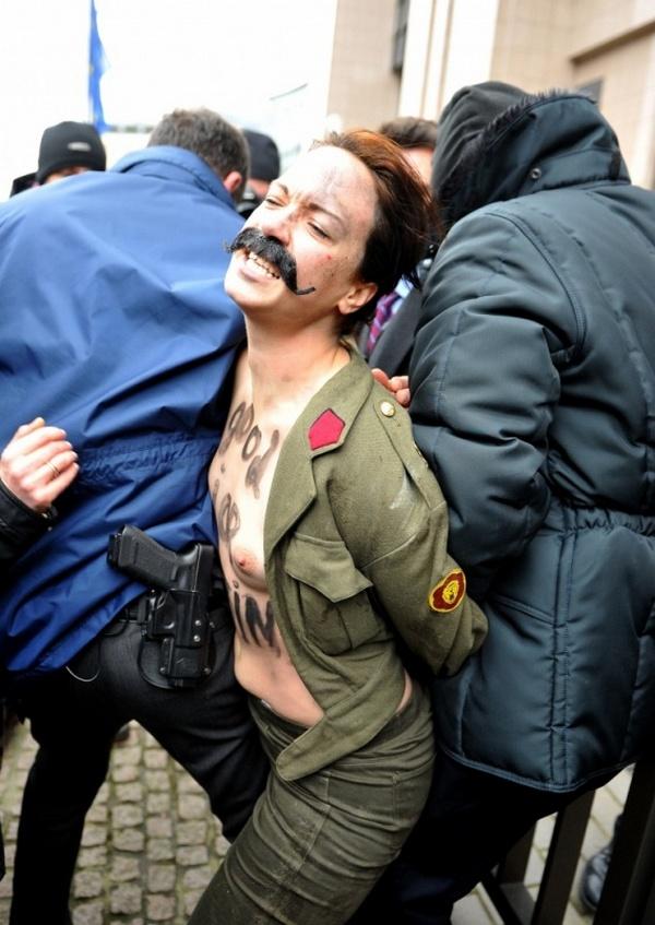 FEMEN пытались напасть на Путина