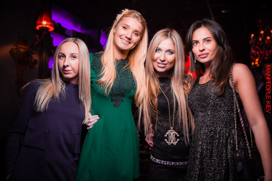 девочки развлекаются в клубе