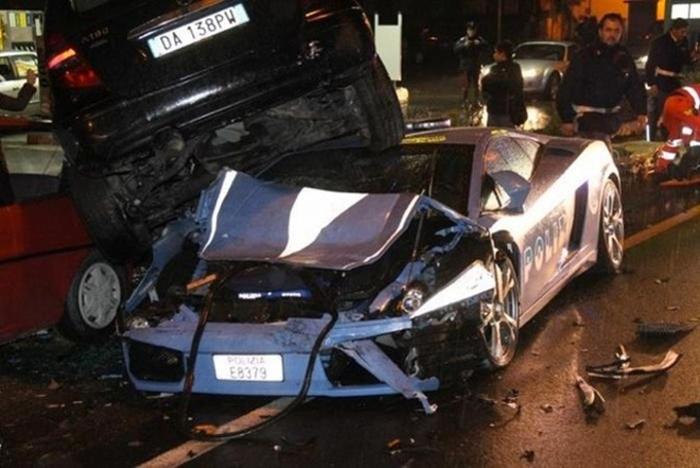 http://urod.ru/uploads/042010/crashed_police_lambo_10.jpg