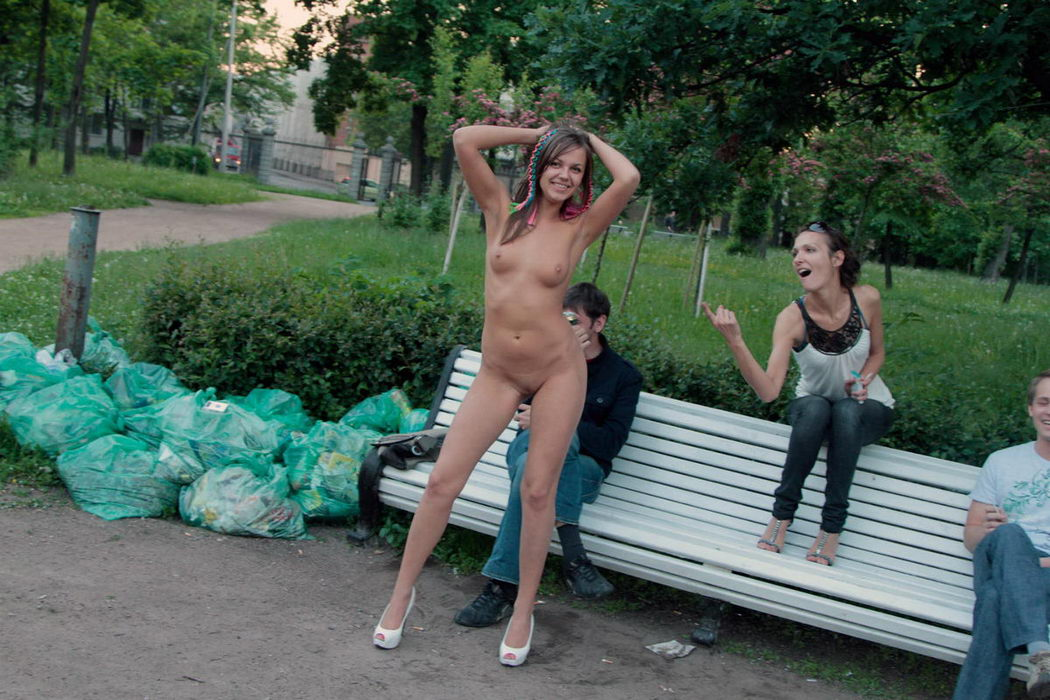 golaya-zhena-v-parke-video