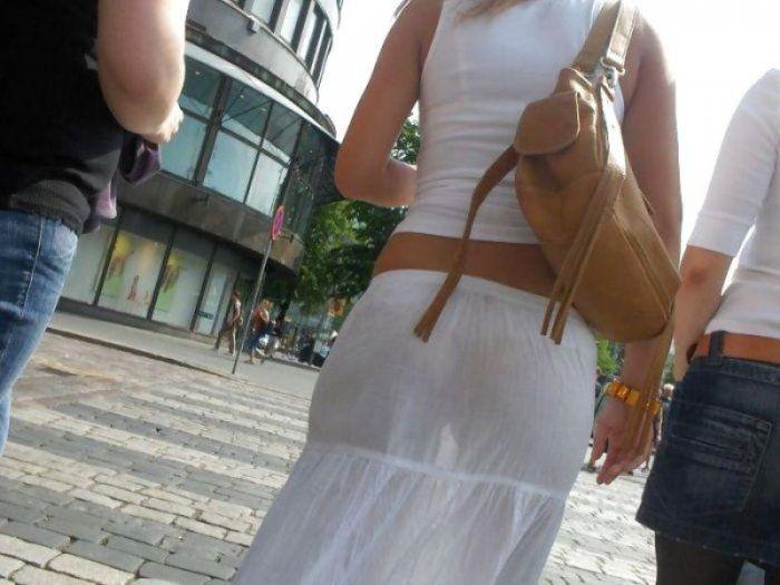 У девушки одежда просвечивает белье 5 фотография