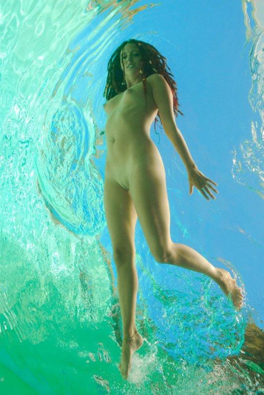 фото ню в воде