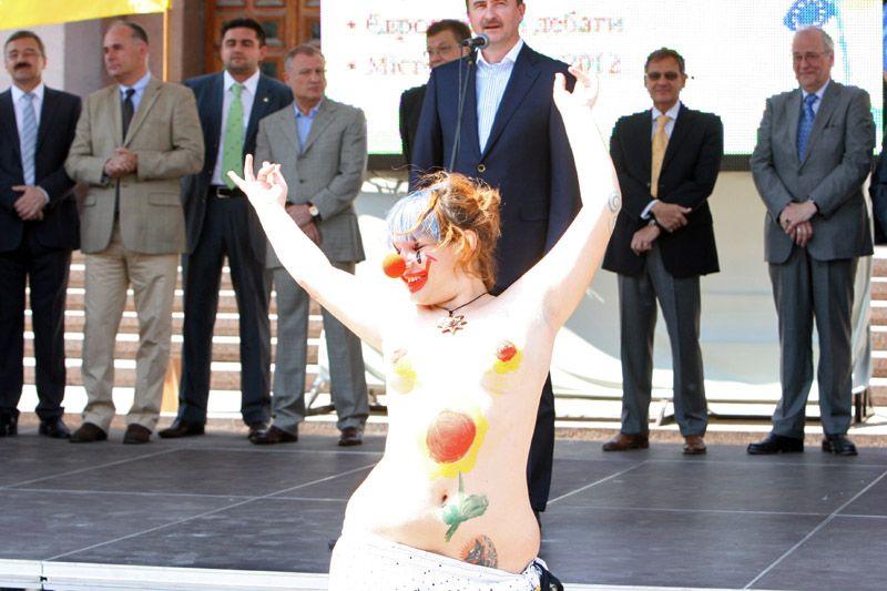 Жопа активистка из FEMEN пугала киевскую власть голым задом (ФОТО) .