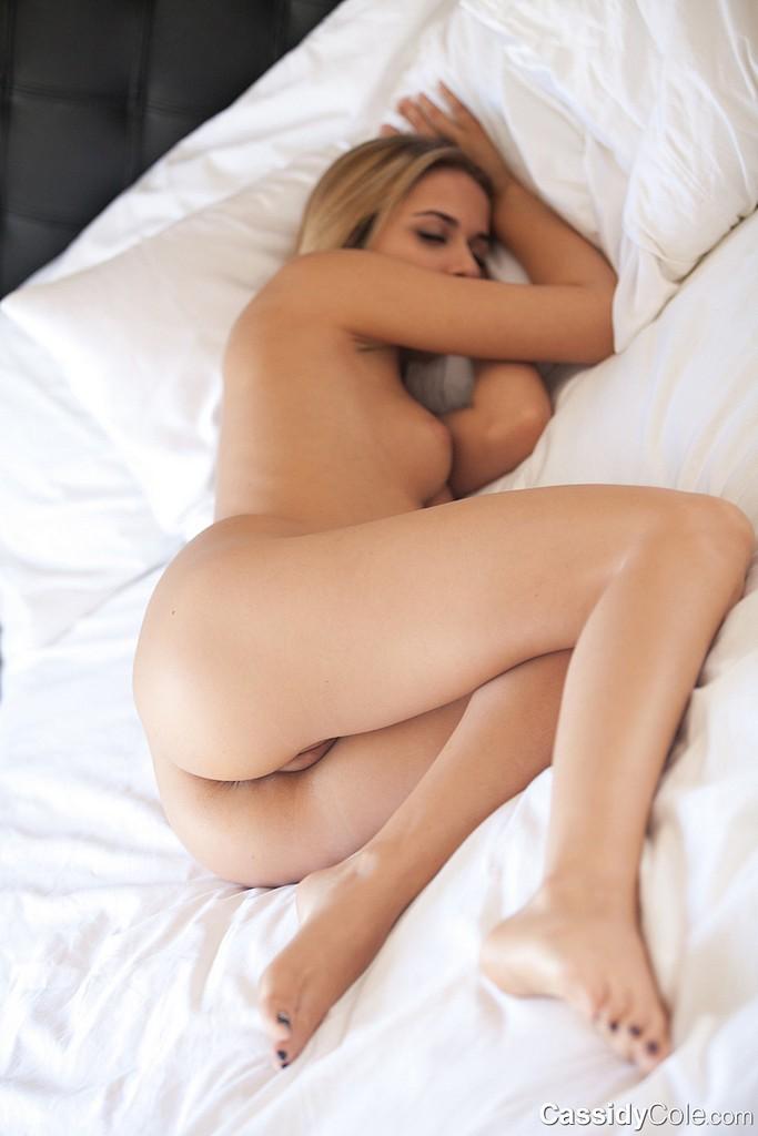 golaya-blondinka-spit