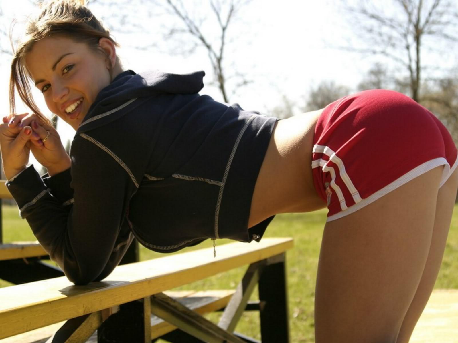 Телочка позирует в спортивной одежде 4 фотография