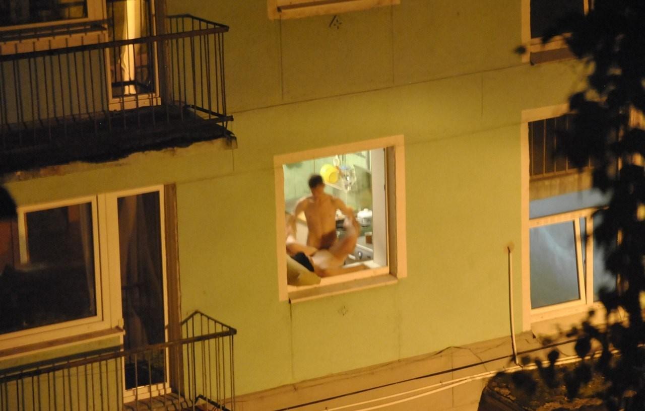 Фото голых девушек через окно 16 фотография