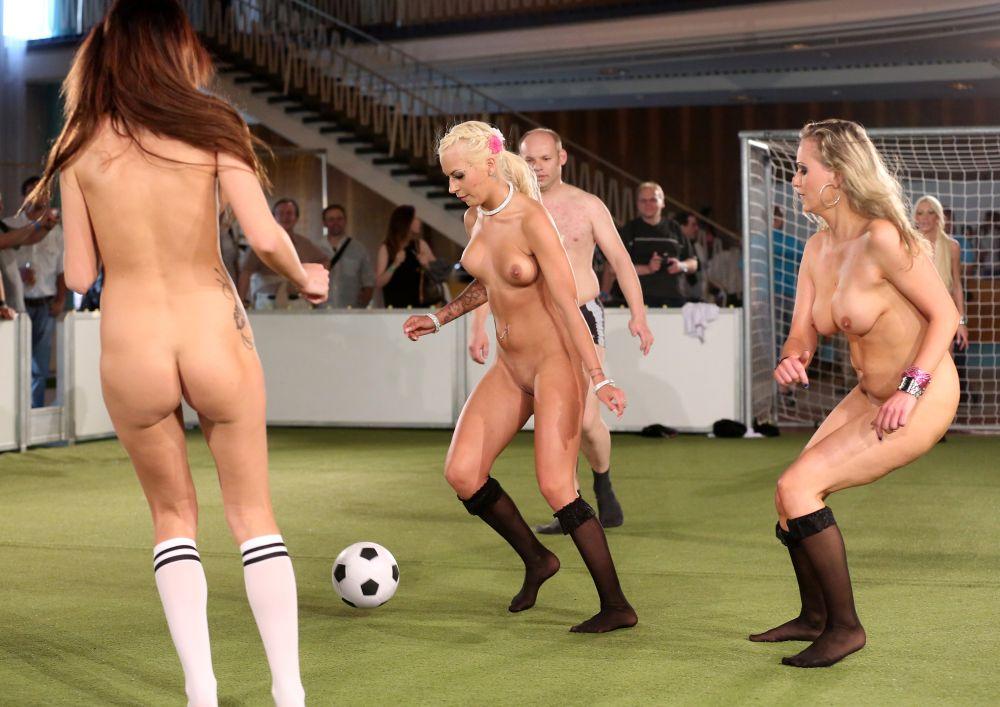 golie-devushki-igrayut-v-futbol-foto